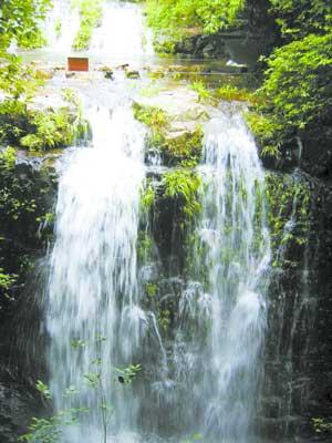 九龙瀑布群风景区喜获国家3a级旅游景区称号.围绕做活旅游