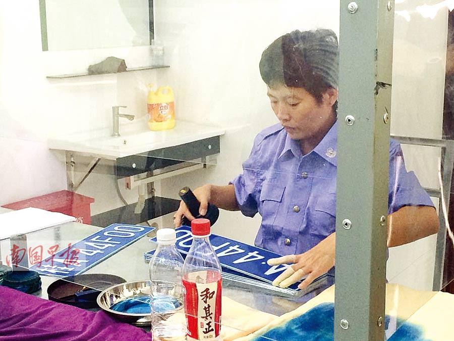 中国 南宁-南宁机动车上牌新举措 小车号牌现场制作立等可取高清图片
