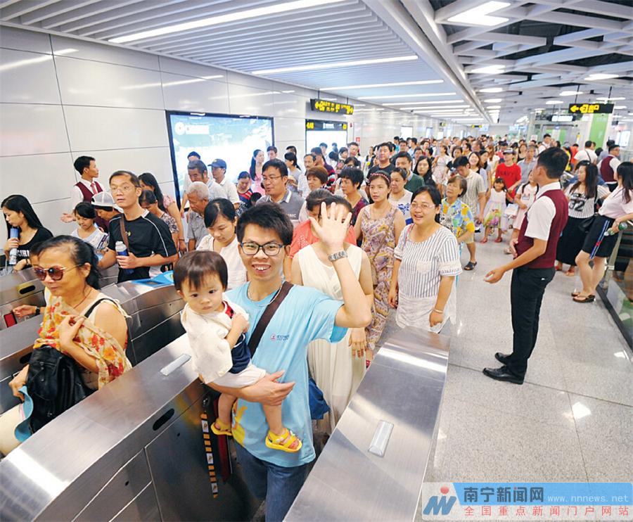 南宁 地铁/读者与众多市民开心体验试乘